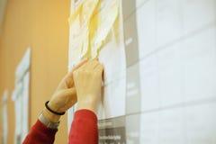 Fermez-vous vers le haut de la main créative jugeant la note collante pour le strate d'échange d'idées images stock