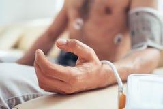 Fermez-vous vers le haut de la main de l'homme avec le pulsomètre Photo libre de droits