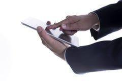 Fermez-vous vers le haut de la main de l'homme d'affaires travaillant au comprimé numérique Image stock