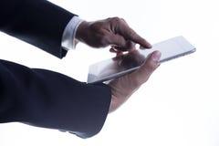 Fermez-vous vers le haut de la main de l'homme d'affaires travaillant au comprimé numérique Photos libres de droits