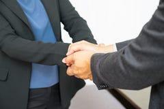 Fermez-vous vers le haut de la main de l'utilisation deux d'homme d'affaires tenant la main de femme d'affaires pour Images stock
