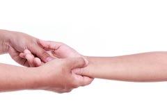 Fermez-vous vers le haut de la main de la femme tenant la main des enfants Concept de douleur de main Image libre de droits