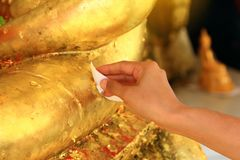 Fermez-vous vers le haut de la main, faites le mérite qui est culture de bouddhiste traditionnel thaïlandais et de foi photographie stock libre de droits