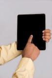 Fermez-vous vers le haut de la main indiquant le PC de tablette image stock