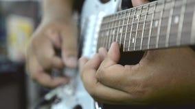 Fermez-vous vers le haut de la main jouant le solo de guitare électrique avec la technique de cueillette de vitesse banque de vidéos