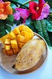 Fermez-vous vers le haut de la mangue douce du plat en bois images libres de droits