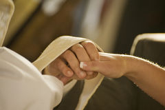 Fermez-vous vers le haut de la mariée et du marié étant bénis Image stock