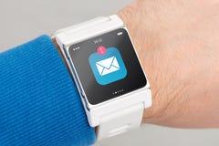 Fermez-vous vers le haut de la montre intelligente blanche images libres de droits