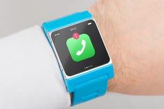 Fermez-vous vers le haut de la montre intelligente bleue Photo stock