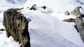 Fermez-vous vers le haut de la neige et rocheux Image libre de droits