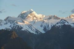 Fermez-vous vers le haut de la neige sur la crête de montagne Image stock