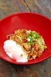 Fermez-vous vers le haut de la nouille épicée thaïlandaise de porc Photographie stock libre de droits