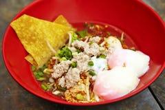 Fermez-vous vers le haut de la nouille épicée thaïlandaise de porc Photographie stock