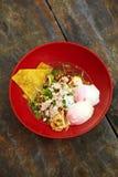 Fermez-vous vers le haut de la nouille épicée thaïlandaise de porc Photo stock