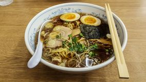 Fermez-vous vers le haut de la nourriture asiatique La soupe à ramen de nouille s'est mélangée à du porc, oeuf, Image stock