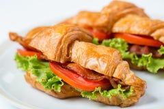 Fermez-vous vers le haut de la nourriture de petit déjeuner de croissants photos libres de droits