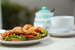 Fermez-vous vers le haut de la nourriture de petit déjeuner de croissants photo libre de droits