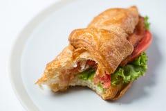 Fermez-vous vers le haut de la nourriture de petit déjeuner mangée de croissants photo stock