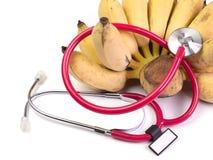 Fermez-vous vers le haut de la nourriture saine au coeur, écouteurs médicaux Photos libres de droits