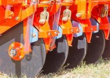 Fermez-vous vers le haut de la nouvelle charrue de tracteur Photographie stock libre de droits