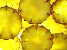 Fermez-vous vers le haut de la part d'ananas sur le fond blanc Images libres de droits