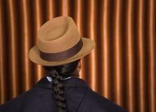 Fermez-vous vers le haut de la photo arrière du jeune homme portant les vêtements traditionnels des montagnes en Equateur Image stock