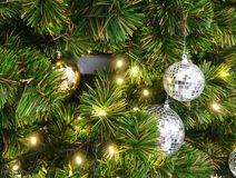 Fermez-vous vers le haut de la photo de la babiole de miroirs sur l'arbre de Noël Photos stock