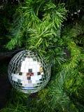 Fermez-vous vers le haut de la photo de la babiole de miroirs sur l'arbre de Noël Photographie stock libre de droits