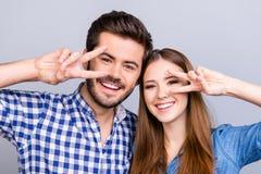 Fermez-vous vers le haut de la photo cultivée du couple espiègle, qui pose et GE Photo stock