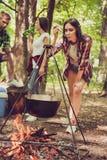 Fermez-vous vers le haut de la photo cultivée de la jeune fille mignonne de brune, vérification Image libre de droits