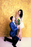 Fermez-vous vers le haut de la photo d'un ajouter heureux aux fleurs Photo libre de droits