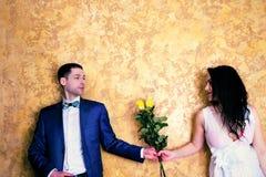 Fermez-vous vers le haut de la photo d'un ajouter heureux aux fleurs Images stock