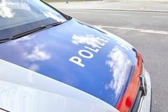 Fermez-vous vers le haut de la photo d'un capot de voiture de police Image libre de droits