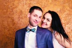 Fermez-vous vers le haut de la photo d'un couple heureux souriant à l'appareil-photo Images stock