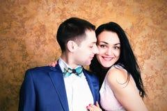 Fermez-vous vers le haut de la photo d'un couple heureux souriant à l'appareil-photo Photo stock