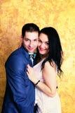 Fermez-vous vers le haut de la photo d'un couple heureux souriant à l'appareil-photo Image libre de droits