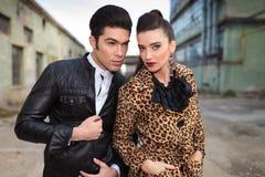 Fermez-vous vers le haut de la photo d'un jeune couple de mode Image libre de droits