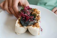 Fermez-vous vers le haut de la photo d'un petit pain cuit à la vapeur par bao traditionnel avec le fillin de porc photos libres de droits