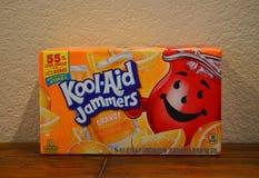 Fermez-vous vers le haut de la photo d'une boîte de brouilleurs de Kool-aide d'orange photos stock