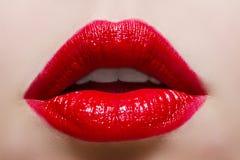Fermez-vous vers le haut de la photo de beauté avec les lèvres rouges Photo libre de droits