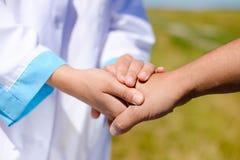 Fermez-vous vers le haut de la photo de la poignée de main entre le docteur et Photo stock