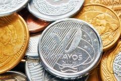 Fermez-vous vers le haut de la photo de vraies pièces de monnaie brésiliennes photo libre de droits