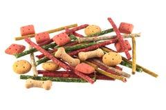 Fermez-vous vers le haut de la photo des biscuits et des mastications de chien formés assortis Photo libre de droits