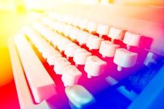 Fermez-vous vers le haut de la photo des clés antiques de machine à écrire Photo stock