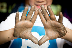 Fermez-vous vers le haut de la photo des mains d'enfant dans le métier de potier Image libre de droits