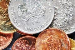 Fermez-vous vers le haut de la photo des pièces de monnaie du dollar de Singapour Images stock