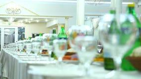 Fermez-vous vers le haut de la photo des verres vides dans le restaurant image stock