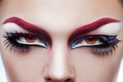 Fermez-vous vers le haut de la photo des yeux de la femme avec composent et peau saine Images stock