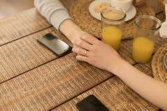 Fermez-vous vers le haut de la photo Deux homosexuels tenant des mains ensemble ? la table photo stock