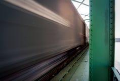 Fermez-vous vers le haut de la photo du train de fret dans le mouvement sur le pont Image libre de droits